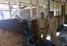 Kepala SDN 5 Sa'dan Matius Sende dan salah satu guru lagi mengawasi proses pembangunan.