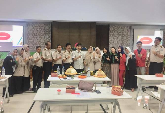Foto bersama mahasiswa magang dengan pegawai kantor kesehatan pelabuhan kelas 1 Makassar. [Foto: /Ist]