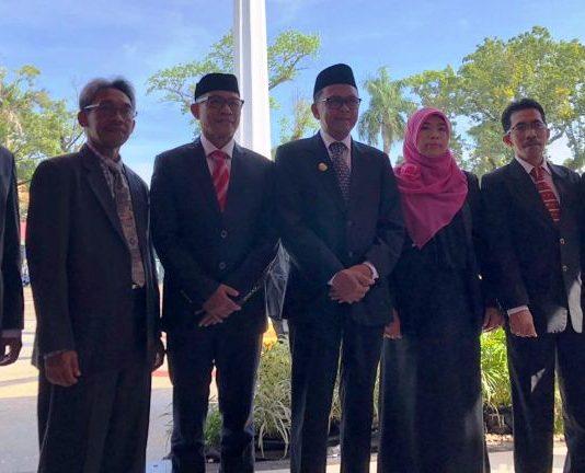 Foto bersama dekan kesehatan se-Unhas dengan Gubernur Sulawesi Selatan (tengah).[Foto: /Ist]
