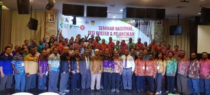 Foto bersama seusai kegiatan seminar dan pelantikan dan penyerahan SK terhadap pengurus Daerah Persakmi Provinsi Papua dan 19 Pengurus Cabang Persakmi Se kabupaten/kota Papua.[Foto:/Ist]