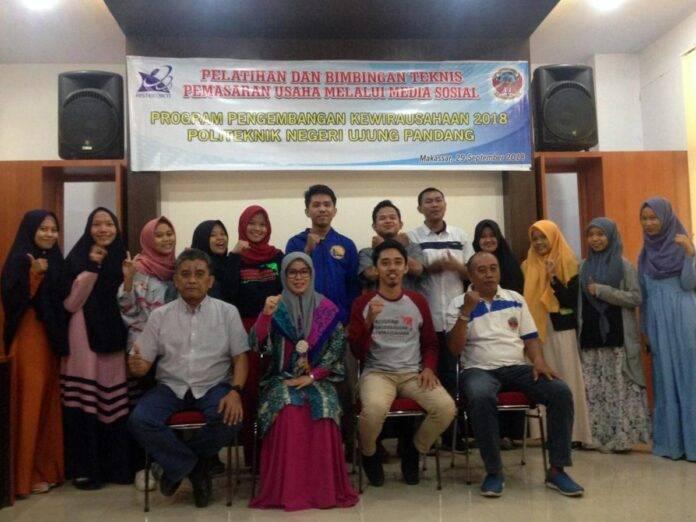 Ketua PPK PNUP, Nurhayati, S.Si., M.T., (duduk kedua kiri) bersama mahasiswa PNUP peserta PPK 2018.[Foto:/Ist]