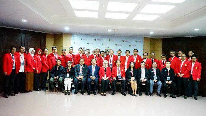 Foto bersama Rektor Unhas bersama jajarannya dengan para asesor.[Foto:/Ist]