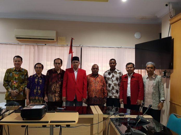 Foto bersama usai penandatanganan Memorandum of Agreement (MoA) antara Dekan FKM Unhas dengan FKM Uncen yang berlangsung di Ruang Kandouw FKM Unhas Rabu, 28 November 2018.[Foto:/Ist]