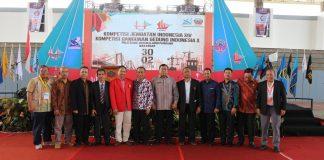 Foto bersama setelah acara pembukaan Kompetisi Jembatan Indonesia (KJI) XIV dan Kompetisi Bangunan Gedung Indonesia (KBGI) X di GOR Unhas .[Foto:/Ist]