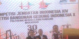 Pemukulan gendang oleh Direktur Kemahasiswaan Ditjen Belmawa Kemenristekdikti, Dr Didin Wahidin, MPd., sebagai simbol dibukanya secara resmi Kompetisi Jembatan Indonesia (KJI) XIV dan Kompetisi Bangunan Gedung Indonesia (KBGI) X .[Foto: Ibhel]