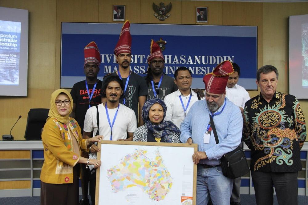Foto bersama setelah  International Symposium Makassar-Nothern Australia: An Enduring Relationship selesai digelar di ruang Senat lantai 2 Gedung Rektorat Unhas, Senin, 3 Desember 2018.[Foto:/Ist]