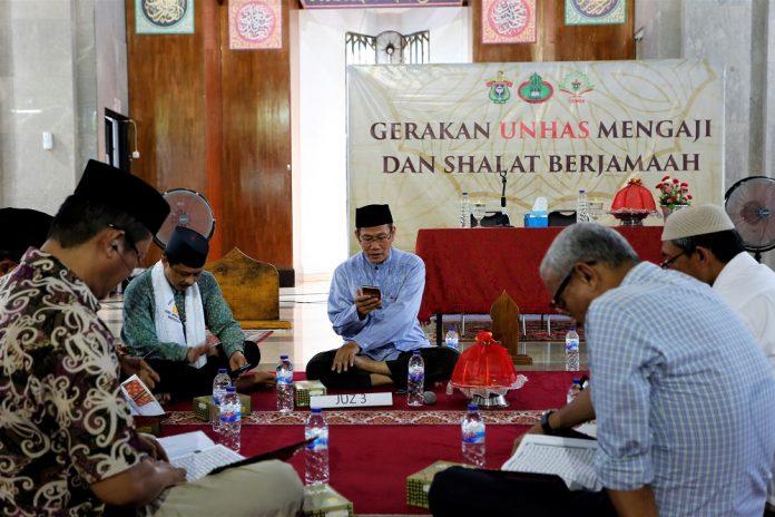 Mengaji bersama secara berkelompok di Gerakan Unhas Mengaji dan Sholat Berjamaah (GUMSB).[Foto:/Ist]