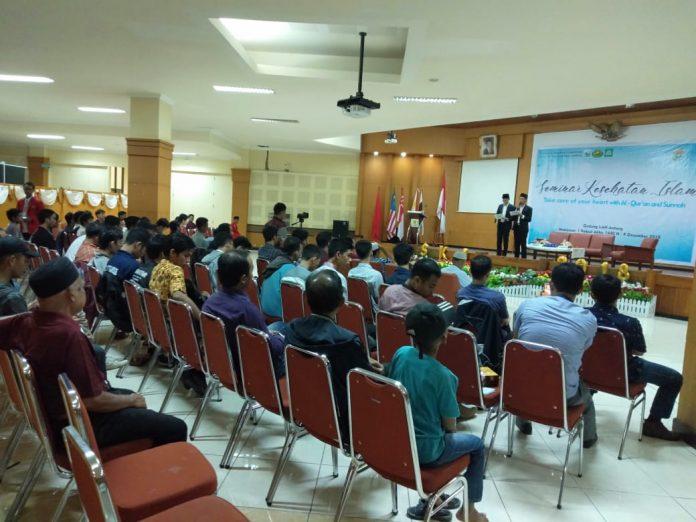 """Seminar Kesehatan Islam dengan judul """"Take Care of Your Hearth With Al- Qur'an and Sunnah"""" yang diadakan oleh Lembaga Dakwah Fakultas Se- Kompleks Kesehatan-Farmasi Universitas Hasanuddin.[Foto:/Ist]"""
