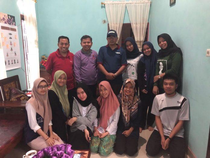 Foto bersama Dekan FKM Unhas, dan Wakil Dekan Bidang Kemahasiswaan, Alumni dan Kemitraan FKM Unhas dengan mahasiswa FKM Unhas yang tengah melakukan PBL tiga di Kecamatan Polongbangkeng Utara, Kabupaten Takalar.[Foto:/Ist]