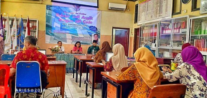 IGI Kota Surabaya dan Samisanov mendapatkan kepercayaan untuk melatih para guru dari SDN Simomulyo 1 Surabaya.[Foto:/Ist]