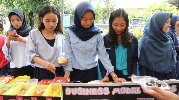 Mahasiswa jurusan akuntansi Politeknik Negeri Ujung Pandang (PNUP) ikut ambil bagian di acara expo kewirausahaan yang digelar di pelataran gedung jurusan akuntansi kampus I PNUP.[Foto:/Ist.]
