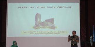 Mayjen TNI Dr dr Terawan Agus Putranto saat membawakan materi pada kuliah tamu yang diselenggarakan oleh FKIK UIN Alauddin.[Foto:/Ist.]
