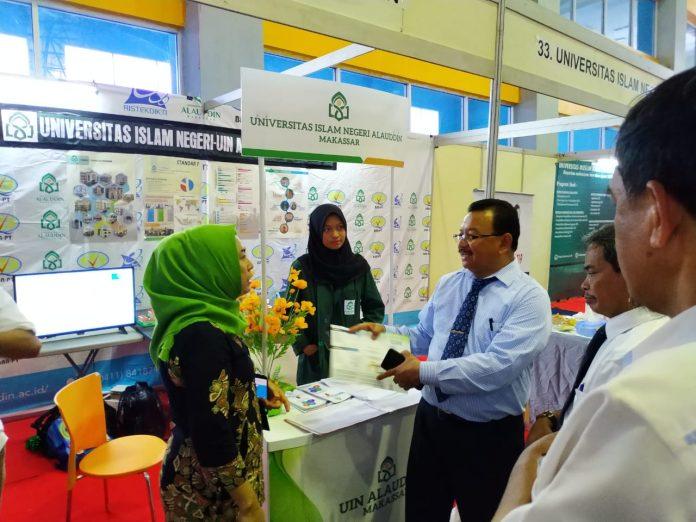 Koordinator LLDikti Wilayah IX, Prof Jasruddin saat mengunjungi booth UIN Alauddin Makassar.[Foto:/Ist.]
