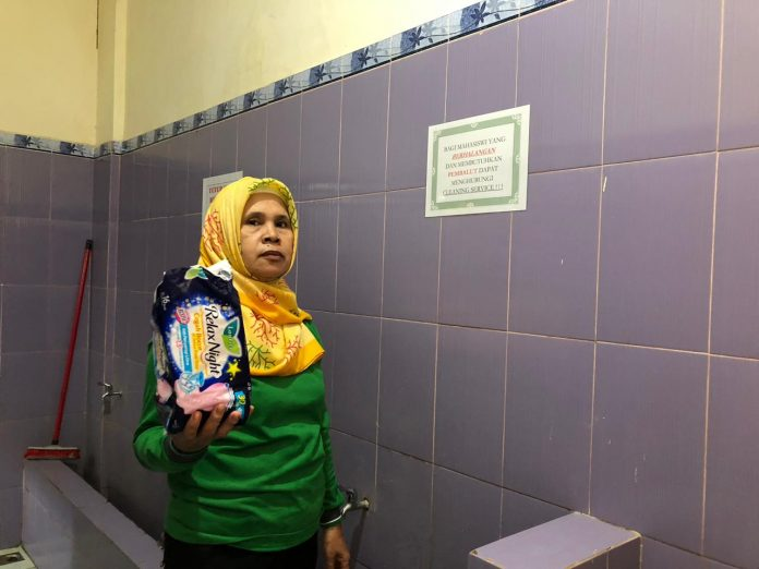 Petugas kebersihan FKM Unhas, Rugayah.[Foto:/Ist.]