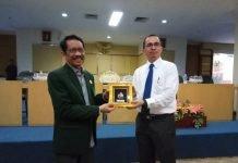 Rektor UIN Alauddin Makassar, Prof. Dr.Musafir Pababbari, M.Si (kiri) dan Atase Pendidikan dan Kebudayaan (ATDIKBUD) untuk wilayah Bangkok, Thailand, Prof Mustari Mustafa.[Foto:/Ist.]