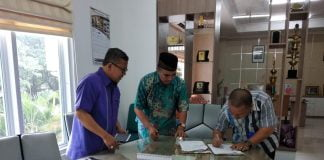 Penandatangan MoA Bappeda Majene dengan FKM Unhas terkait masalah stunting.[Foto:/Ist.]