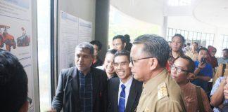 Gubernur Sulsel, Prof Dr Ir H M Nurdin Abdulah, M Agr., mengunjungi beberapa galeri karya inovasi para dosen dan mahasiswa PNUP.[Foto:/Ist.]