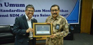 Pemberian piagam penghargaan kepada kepala BSN, Bambang Prasetya (kanan) oleh Ketua STIE Nobel Indonesia Makassar, Dr H Mashur Razak, SE., MM.[Foto:/Ist.]