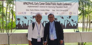 Dua guru besar FKM Unhas mendapat kesempatan menjadi presenter pada forum internasional APACPH-KL. Prof Sukri Palutturi, SKM., M Kes., MSc PH,PhD (kanan) dan Prof Ridwan Amiruddin, SKM., M Kes., MSc PH.[Foto:/Ist.]