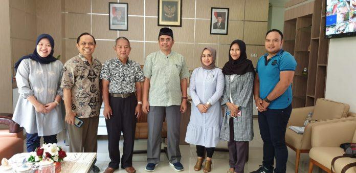 Foto bersama usai kunjungan Dekan FKM Universitas Al Asyariah Mandar beserta rombongan ke FKM Unhas.[Foto:/Ist.]