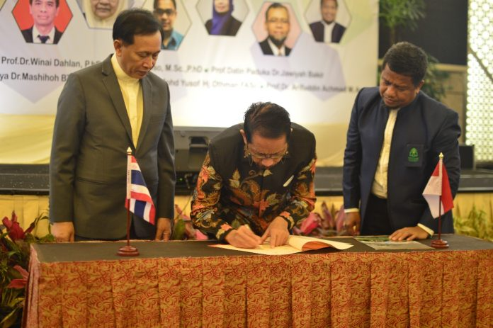 Rektor UIN Alauddin, Prof Musafir Pababbari menandatanganan perjanjian notakesepahaman dengan Kepala BPJPH Kemenag.[Foto:/Ist.]