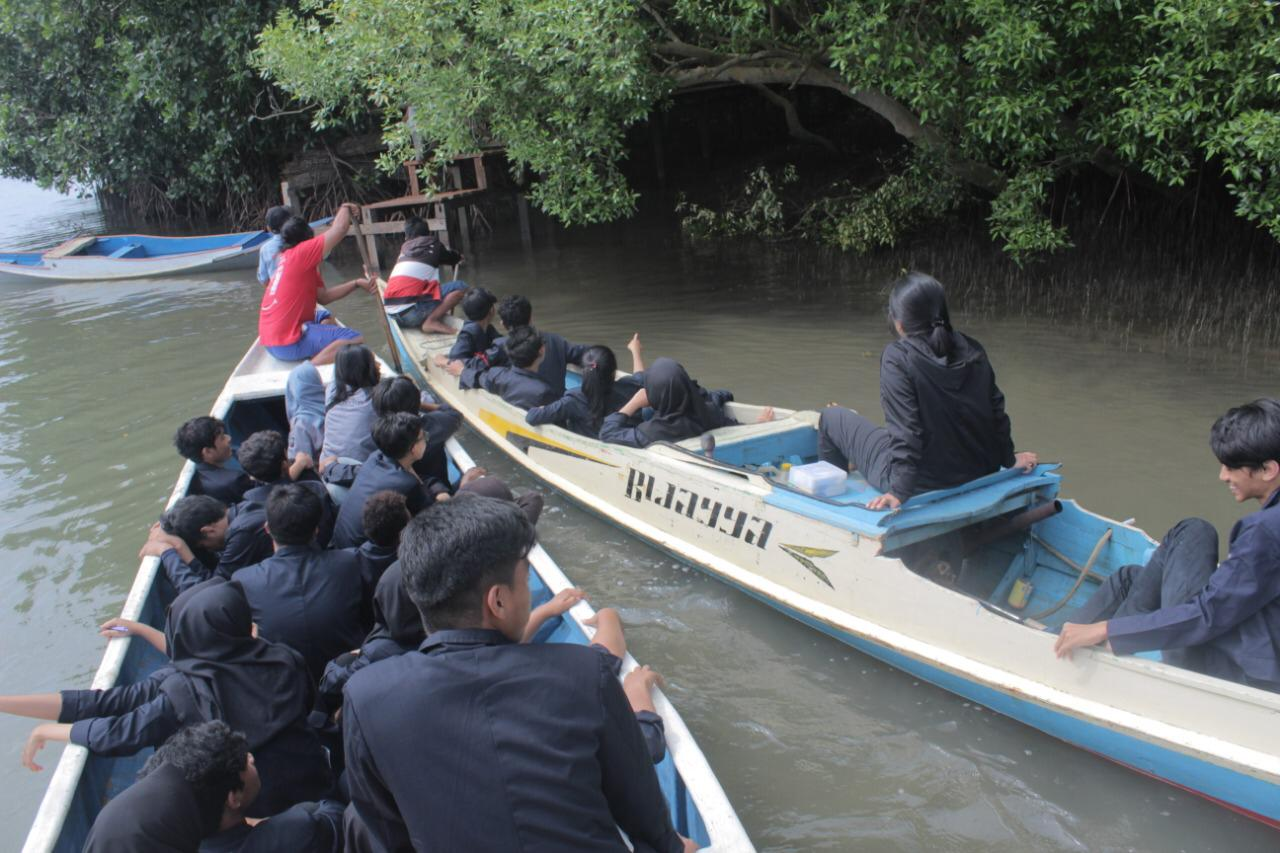 Rombongan mahasiswa arsitektur Unibos menuju lokasi menggunakan perahu dan dipandu oleh masyarakat setempat. [Foto:/Ist.]