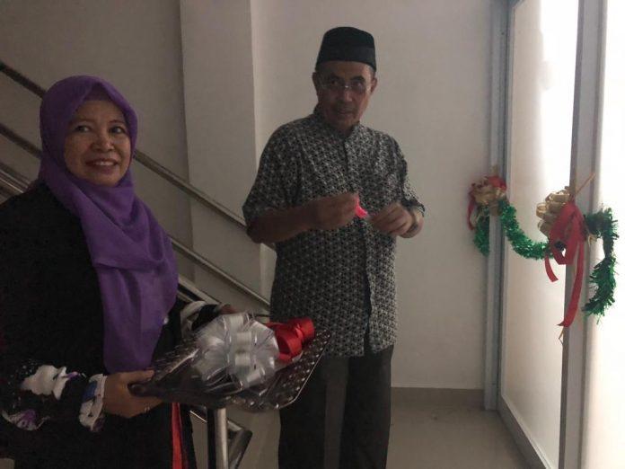 Dekan FKM Unhas Dr. Aminuddin Syam, SKM, M.Kes., M.Med. meresmikan ruangan para wakil dekan ditandai dengan pemotongan pita.[Foto:/Ist.]
