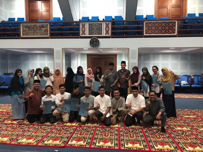 Foto bersama usai acara buka puasa bersama Pascasarjana dan FKM Unhas yang dirangkaikan dengan pemberian uang pembinaan kepada mahasiswa berprestasi.[Foto:/Ist.]