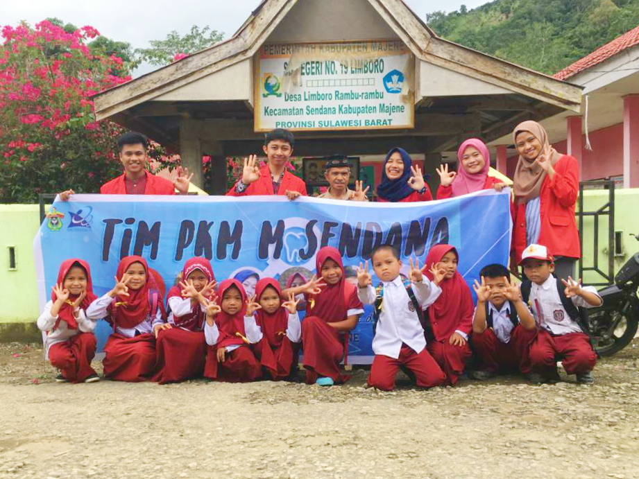Tim PKM-M Unhas foto bersama siswa SDN No.19 Limboro.[Foto:/Ist.]