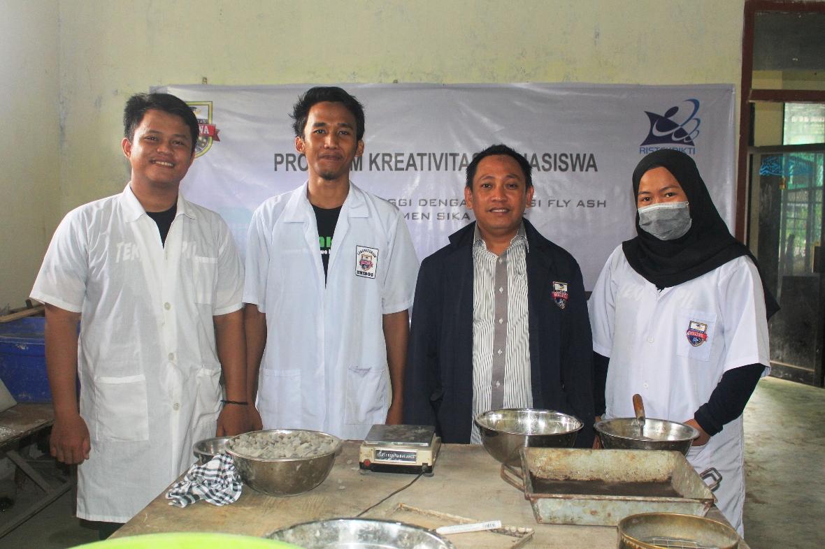 Arman Setiawan, ST., MT., dosen Teknik Sipil Unibos dan juga selaku pembimbing tim PKM-Karsa Cipta Unibos (ketiga dari kiri) bersama mahasiswanya yang tergabung dalam tim PKM-Karsa Cipta Unibos.  (FOTO: IST)
