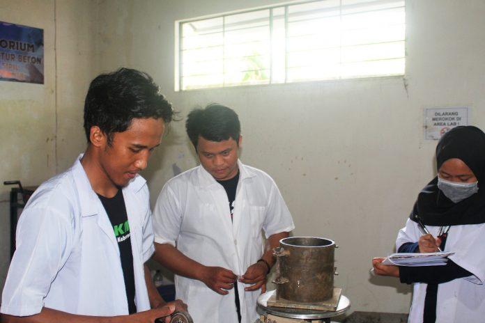 Haslinda selaku ketua tim PKM-Karsa Cipta Unibos (kanan) bersama kedua temannya melakukan penelitian beton mutu tinggi dengan variasi fly ash dan semen sika grout di Laboratorium Teknik Sipil Unibos. (FOTO: IST)