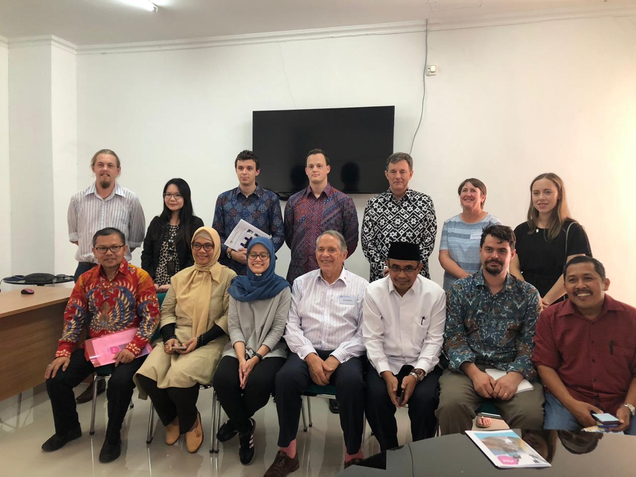 Foto bersama pihak FKM Unhas dengan delegasi AIIA usai melakukan kunjungan ke Laboratorium Penelitian FKM Unhas.[Foto:/Ist.]