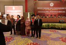 Kepala LLDIKTI Wilayah IX Sulawesi dan Gorontalo, Prof Dr Jasruddin, M Si (ujung kanan) saat menyanyikan lagu Titip Rindu Untuk Ayah bersama wisudawan dan orang tua wisudawan STIE Nobel Indonesia.