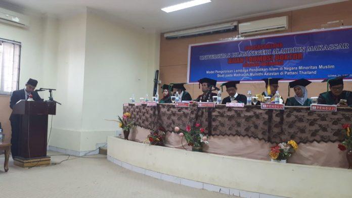 Hussam Dueremae, mahasiswa Thailand yang menempuh pendidikan doktor di UINAM saat mempertahankan disertasinya di hadapan sembilan penguji. (FOTO: IST)