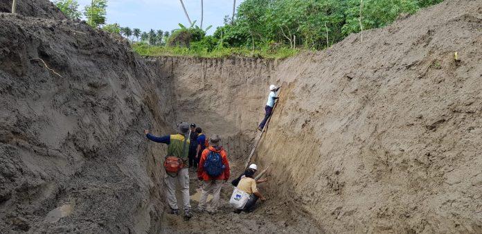 Puslitbang Studi Kebencanaan Unhas melakukan riset lanjutan bersama Tim Studi Kebencanaan Universitas Ehime Jepang di Sibalaya, Palu, Sulawesi Tengah. Riset lanjutan ini difokuskan pada penggalian titik-titik tertentu untuk mengkaji fenomena likuifaksi yang melanda Palu dan sekitarnya pada 28 September 2018 lalu. (FOTO: IST)