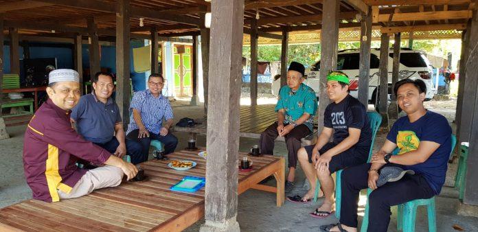 Supervisor dan Satgas PBL FKM Unhas disambut dan disuguhkan kopi dan pisang goreng oleh Kepala Desa, Sujarwan. (FOTO: IST)