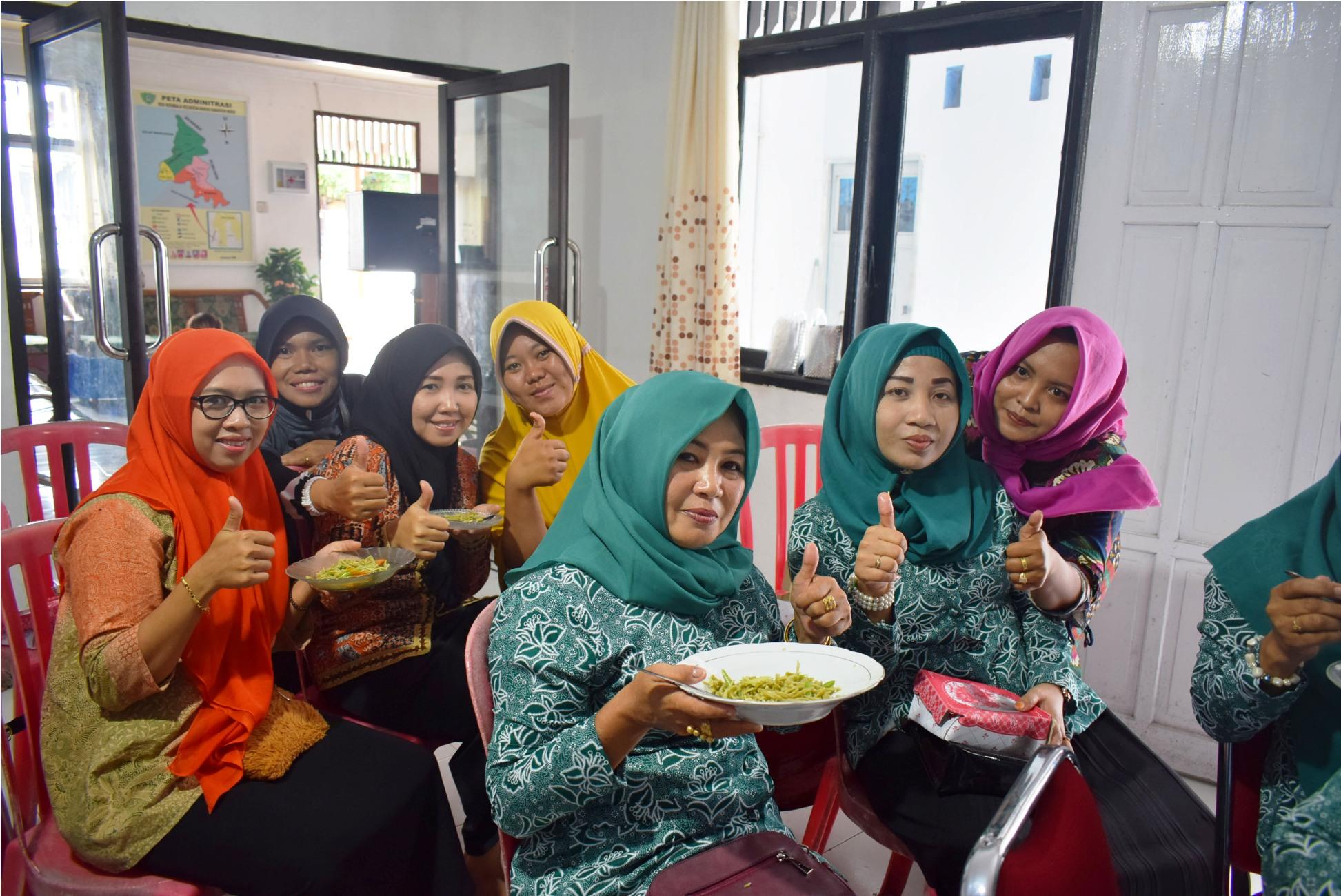 Masyarakat Desa Nisombalia Dusun Mambue, Kecamatan Marusu, Kabupaten Maros mencicipi mie daun kelor hasil penelitan mahasiswa Unibos yang tergabung dalam Tim PKM-M Unibos . (FOTO: IST)